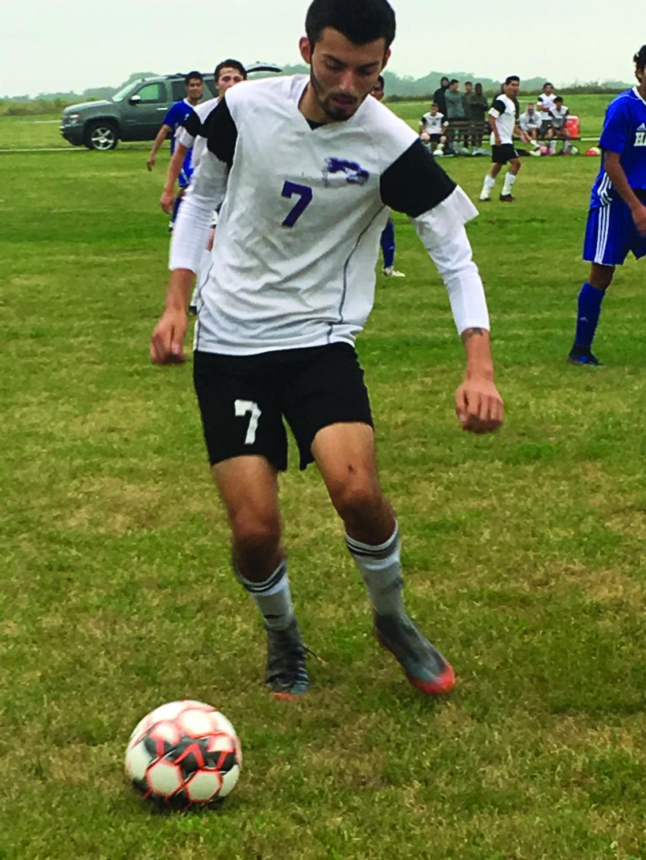 Ruti Arteaga (#7) keeps a sharp focus as he looks to pass the ball down the pitch