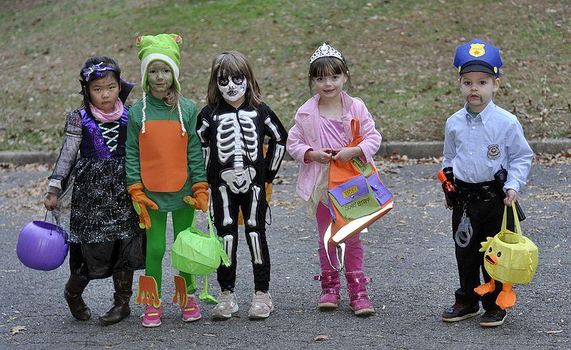 Halloween_costumes-wikimedia-commons